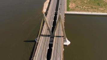 vue aérienne d'un pont routier avec circulation video