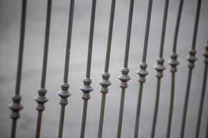 Detalle simétrico de una barandilla de hierro foto