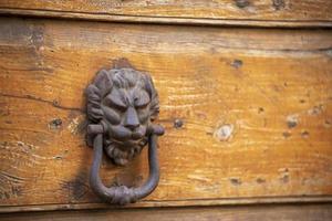 llamar a una puerta blindada de madera foto
