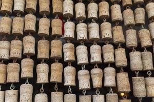 textura de hileras de corchos de botella foto