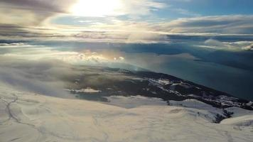 montañas nevadas y nubes sobre el lago al atardecer video