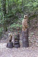 tótem en madera con incrustaciones colocado en el bosque foto