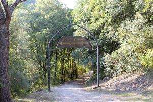 Entrada al camino que conduce al centro de Italia. foto