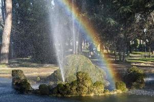 fuente con arcoiris en el parque foto