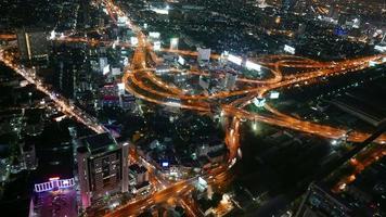 timelapse du trafic de nuit autour de la ville de bangkok en thaïlande video