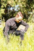 ragzzo hace actividad física en el parque foto