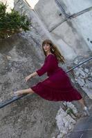 chica de pelo largo bailando al aire libre foto