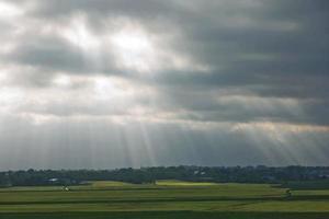 Hermoso paisaje y rayos de sol cerca de Kiel, Schleswig Holstein, Alemania foto