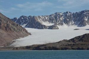 paisaje de la costa cerca de ny alesund en spitsbergen foto