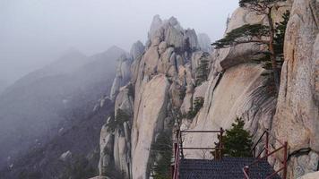 el camino al pico alto de las montañas seoraksan foto