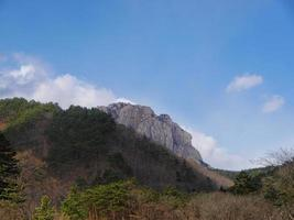 montañas coreanas. la roca ulsanbawi en el parque nacional de seoraksan foto