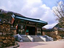 templo budista en el parque nacional de seoraksan. Corea del Sur foto