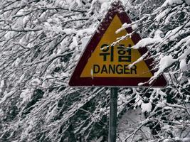 peligro. la señal de tráfico cerca del parque nacional de seoraksan. Corea del Sur. foto