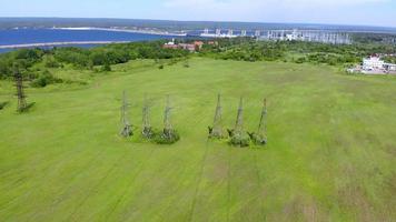 torres de linhas de energia perto da água, tiro aéreo video