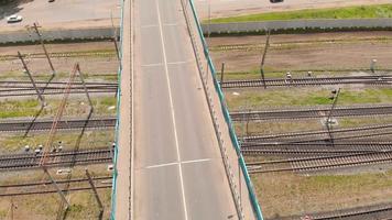 vue aérienne d'un pont routier passant au-dessus d'une voie ferrée video
