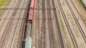 trilhos de trem com trens de carga, vista superior, levantamento aéreo video