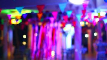 fitas borradas e bandeiras coloridas triangel luzes noturnas da festa ao lado da piscina de luxo video