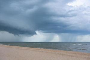 paisaje de playa en día cambiante foto