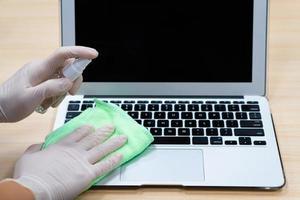 desinfectar el teclado de la computadora foto