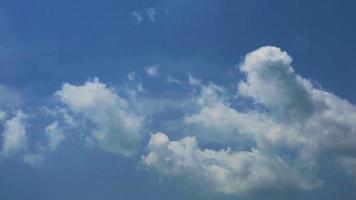 grijze blauwe lucht witte en grijze wolk die rolt in de winter time-lapse video