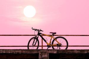 hermosa bicicleta de montaña en el puente de hormigón. foto