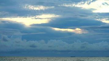 tempestade nuvem escura no céu, o mar e o navio de carga estão estacionando no horizonte video