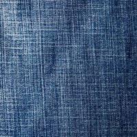 Rectángulo de mezclilla azul en mal estado, fondo de material de jeans con textura foto