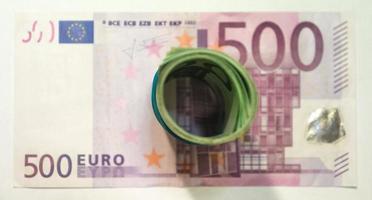 Un montón de billetes en euros sobre fondo blanco. foto