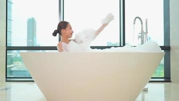 joven, mujer asiática, relajante, en, un, bañera video