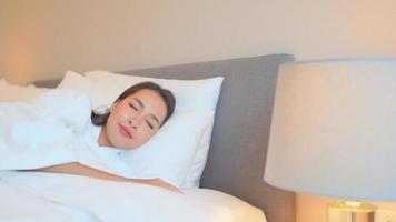 asiatische Frau, die im Bett schläft video