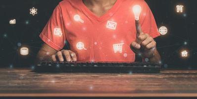 la gente está eligiendo iconos para operar computadoras ilustración foto