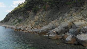 rocher dans la mer prise de vue aérienne video