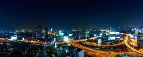 Bangkok. el horizonte de la ciudad capital de bangkok que brilla y los rascacielos por la noche foto