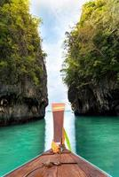 Un barco navegando en las aguas azules de la isla de Hong -Laguna, isla de Hong, Krabi, Krabi, Tailandia foto