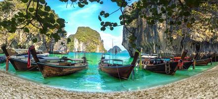 Agua azul en Lao Lading Island, provincia de Krabi, paraíso de Tailandia foto