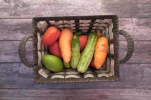 un tazón de verduras frescas en un tazón sobre la mesa de arriba hacia abajo foto