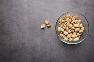 Detalle de disparo de pistachos en un tazón foto