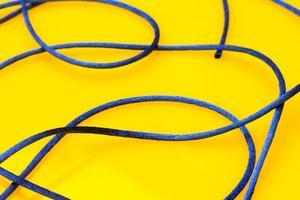 hilo azul fino sobre fondo amarillo foto
