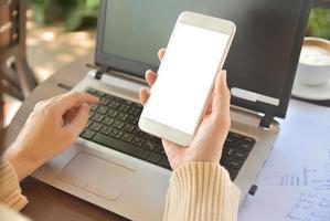 Cerrar mujer sosteniendo smartphone simulacro de especificación de copia en pantalla foto