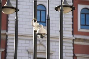 cámara de video colocada en la ciudad para control foto