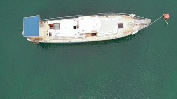 staand wit jacht in de luchtfoto van de blauwe zee video
