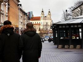 centro de la ciudad de vilnius con iglesia y gente caminando foto