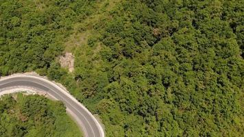 serpentina nas montanhas tiro aéreo video
