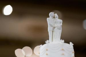 muñeca de la boda en la torta, pareja de amor foto