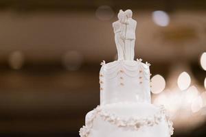 pastel de muñecas de boda, pareja de amor, osito de peluche en el pastel de bodas foto