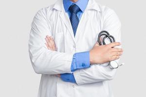 Doctor sosteniendo estetoscopio en la mano sin rostro foto