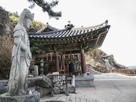 Estatua de Buda y casa tradicional coreana detrás en el templo de Naksansa, Corea del Sur foto