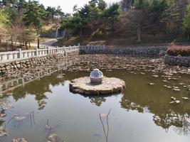 el pequeño lago en el templo de naksansa. ciudad de yangyang, corea del sur foto