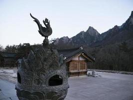 Escultura de gallo en el templo de Sinheungsa. parque nacional de seoraksan. Corea del Sur foto