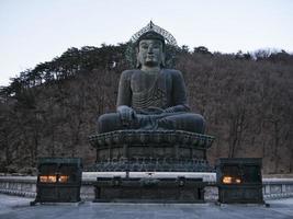 gran estatua de buda en el parque nacional de seoraksan. Corea del Sur foto